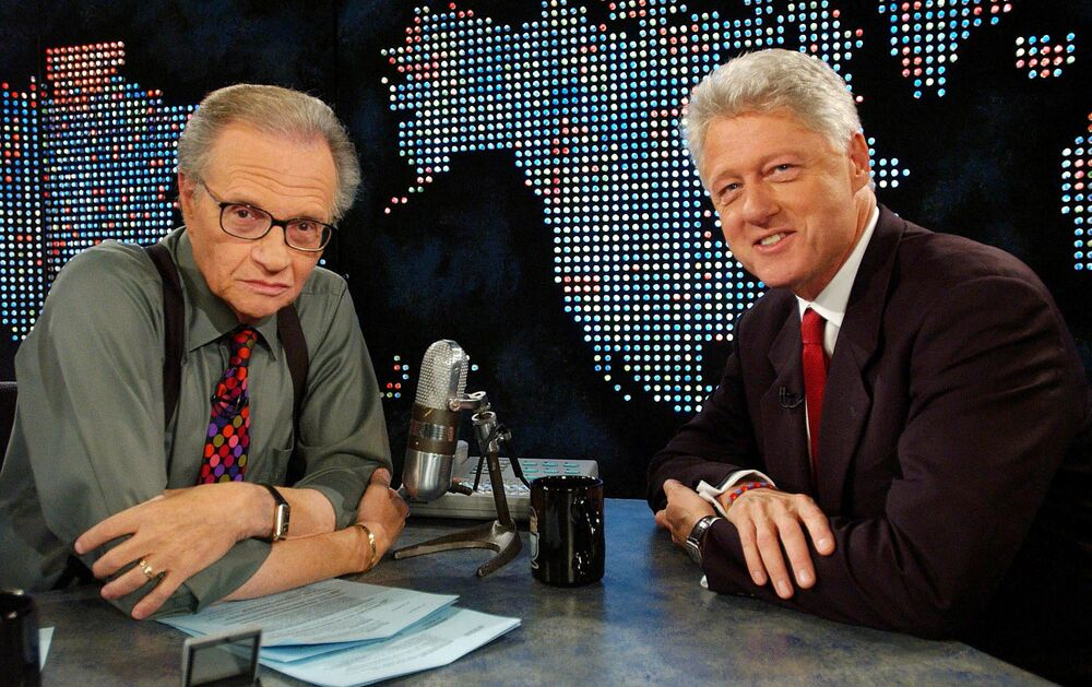 Il conduttore televisivo Larry King e Bill Clinton nel corso delle riprese del talk show a New York, 2002.