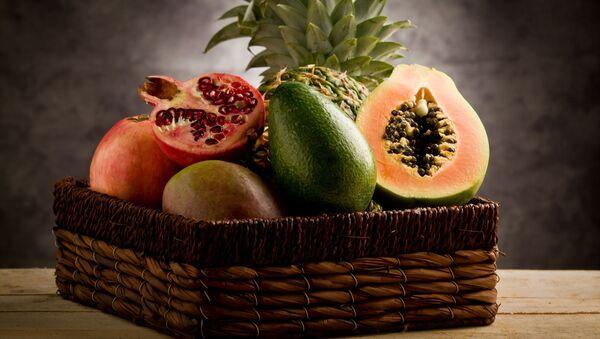 Корзина с тропическими фруктами  - Sputnik Italia