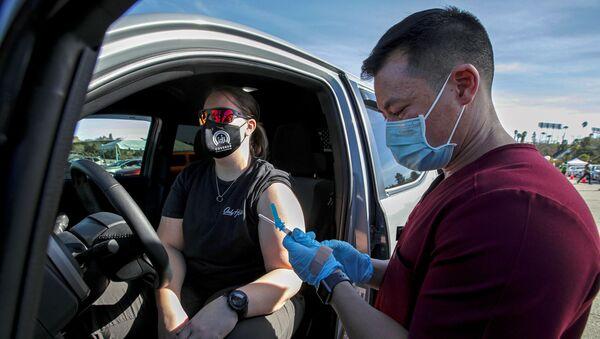 Vaccinazione di massa in California, gennaio 2021 - Sputnik Italia