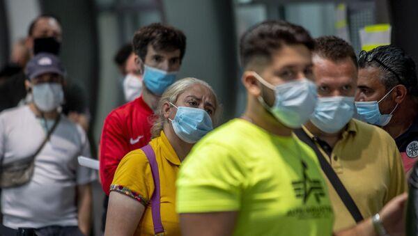Passeggeri con le mascherine all'aeroporto di Francoforte, Germania - Sputnik Italia