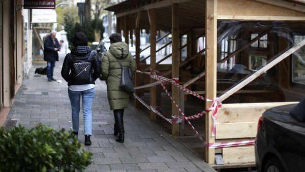 Люди идут мимо закрытого ресторана во время локдауна в Мюнхене - Sputnik Italia