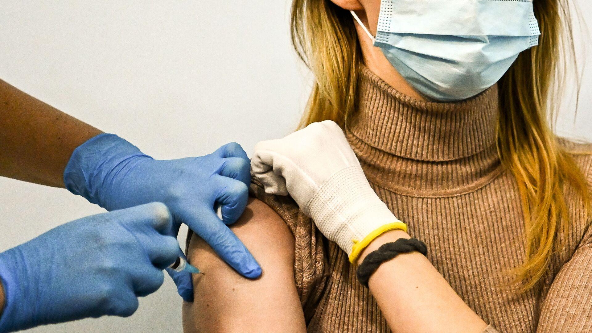 Ragazza si sottopone al vaccino Sputnik V - Sputnik Italia, 1920, 28.03.2021