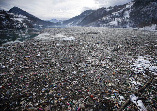 L'immondizia e le bottiglie di plastica sulla superficie del lago Potpeć in Serbia