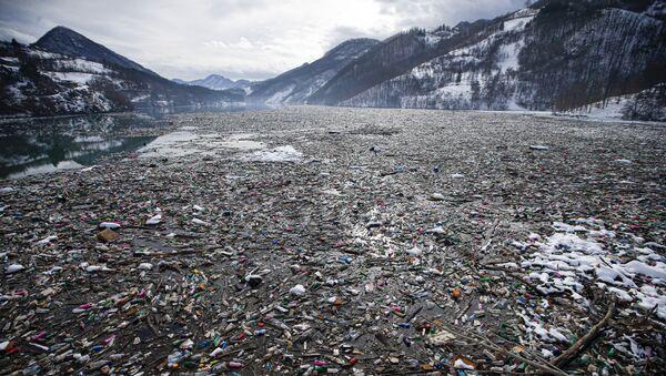 L'immondizia e le bottiglie di plastica sulla superficie del lago Potpeć in Serbia - Sputnik Italia