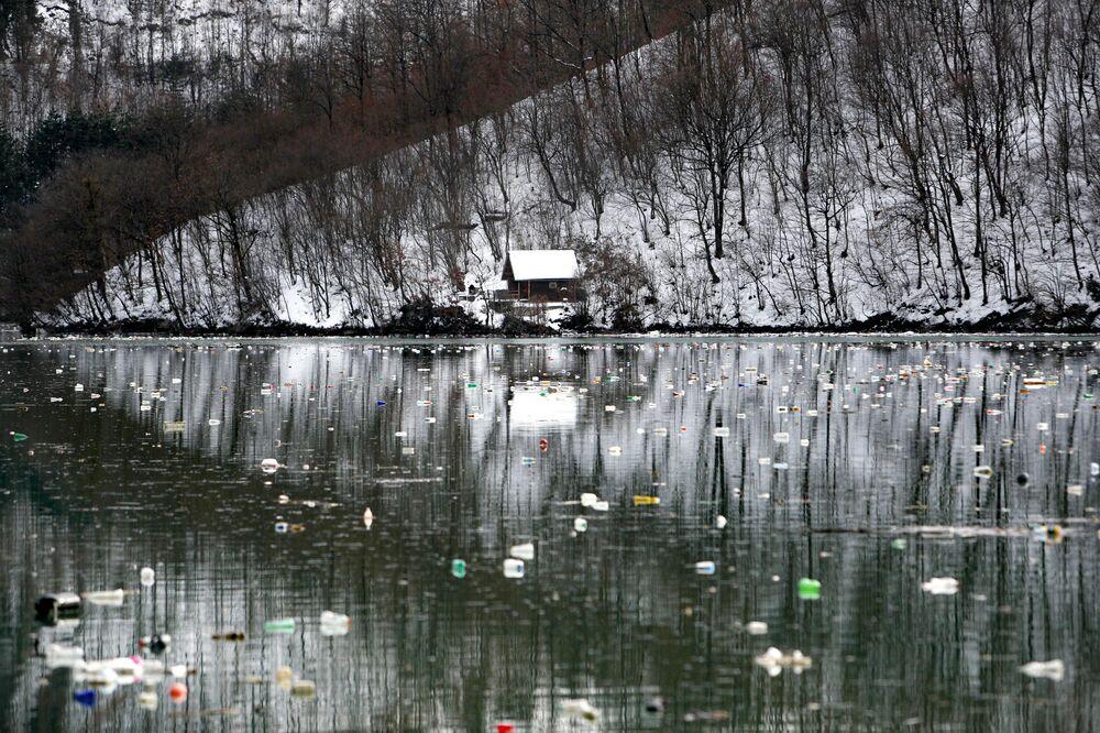 Un lago serbo Potpeć ricoperto di rifiuti porta alla luce il problema della spazzatura nei Balcani
