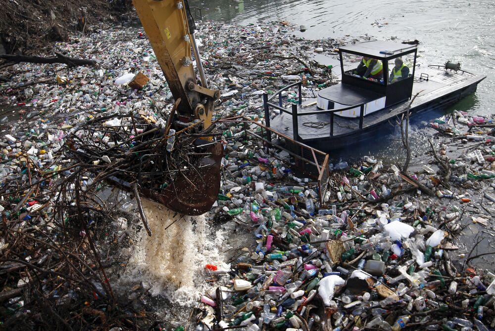 Raccolta dei rifiuti dalla superficie del lago Potpeć in Serbia