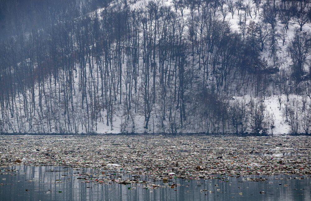 Le bottiglie di plastica e i rifiuti galleggiano nel lago di accumulo Potpeć  vicino a Priboj, nel sud-ovest della Serbia, venerdì 22 gennaio 2021