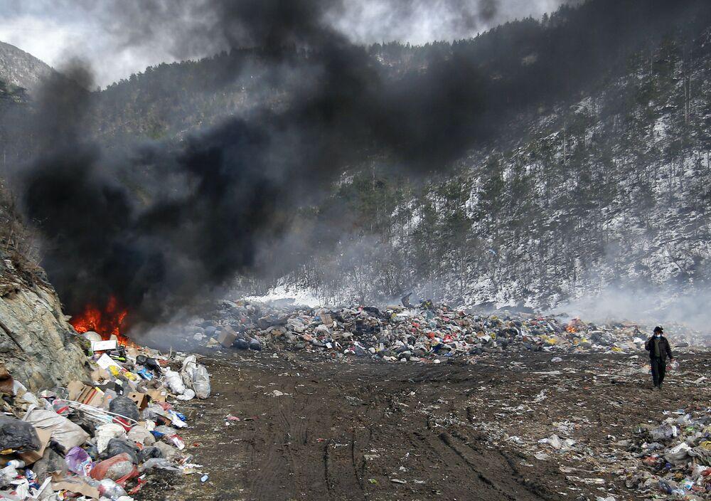 Rifiuti in fiamme in una discarica vicino alla città di Priboj in Serbia