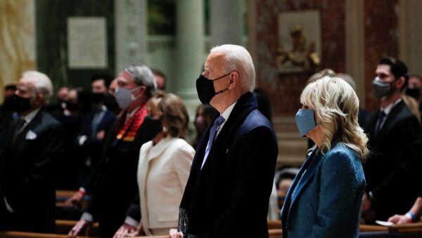 Joe Biden e sua moglie all'inaugurazione - Sputnik Italia