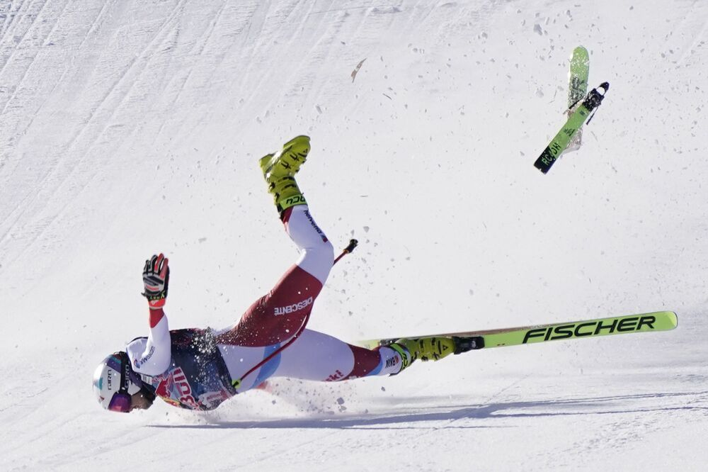 Lo svizzero Urs Kryenbühl è incappato in una bruttissima caduta durante la discesa di Kitzbühel. Il 26enne non è riuscito a mantenere l'equilibrio durante l'ultimo salto ed è violentemente atterrato con il volto sulla neve, restando poi immobile, Austria, venerdì 22 gennaio 2021