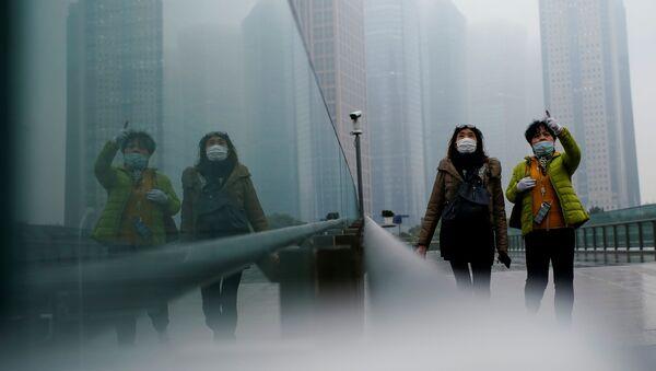 Donne con mascherine a Shanghai, Cina - Sputnik Italia
