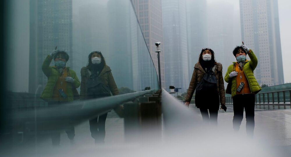 Donne con mascherine a Shanghai, Cina