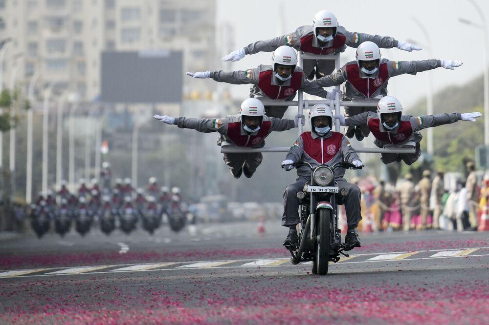 Un'acrobazia eseguita dai cadetti della polizia durante la prova generale della parata della Repubblica a Chennai, in India