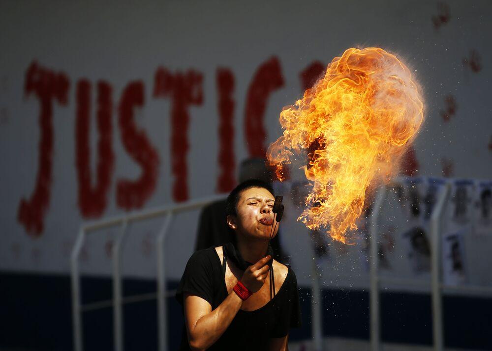Una attivista durante una manifestazione di protesta davanti all'ufficio del procuratore generale a Città del Messico