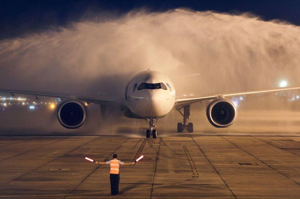 Un aereo che trasporta due milioni di dosi di vaccino AstraZeneca / Oxford dall'India atterra a Rio de Janeiro, in Brasile
