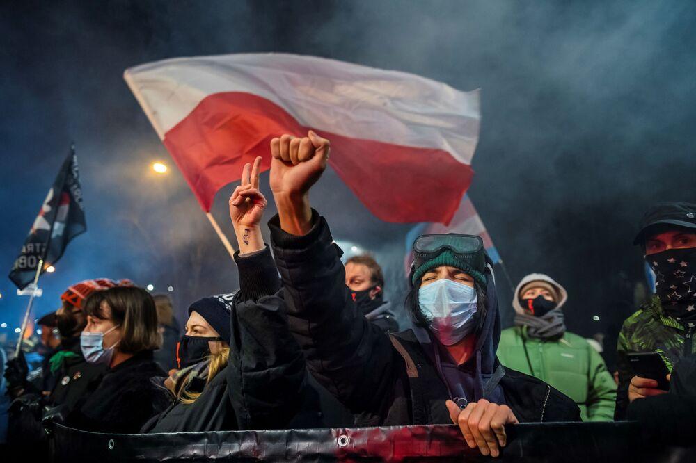 Manifestanti contro la legge sull'aborto a Varsavia, Polonia