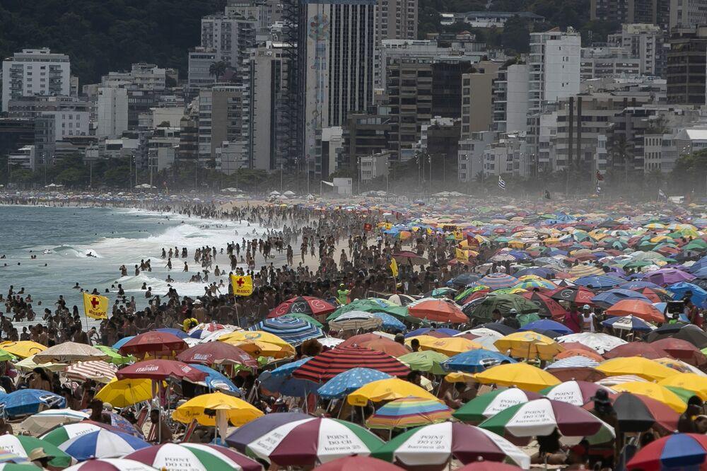 Migliaia di persone sulla spiaggia di Ipanema a Rio de Janeiro, Brasile
