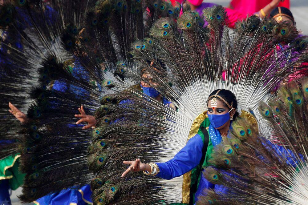 Ballerini in abito nazionale durante la prova generale della parata del Giorno della Repubblica a Nuova Delhi, India
