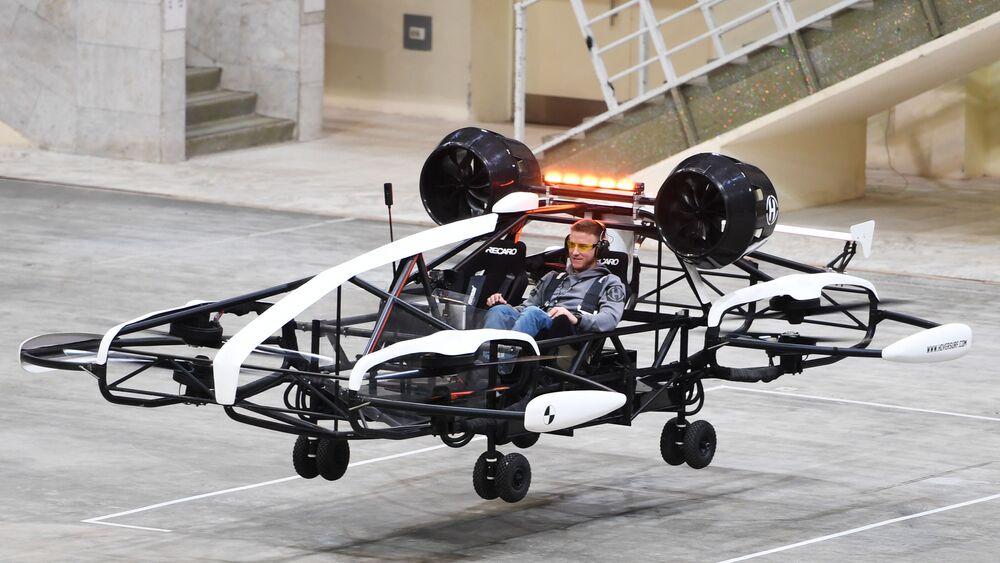 A Mosca è stato presentato un prototipo di taxi volante elaborato dagli ingegneri russi della compagnia Hover. I creatori del taxi-drone sperano di costruire i primi modelli di macchine volanti nel corso di quest'anno. Il taxi sarà in grado di salire ad un'altezza di 150 metri, la sua capacità di carico è pari a 300 chili, la massima velocità del modello presentato è 200 km all'ora.