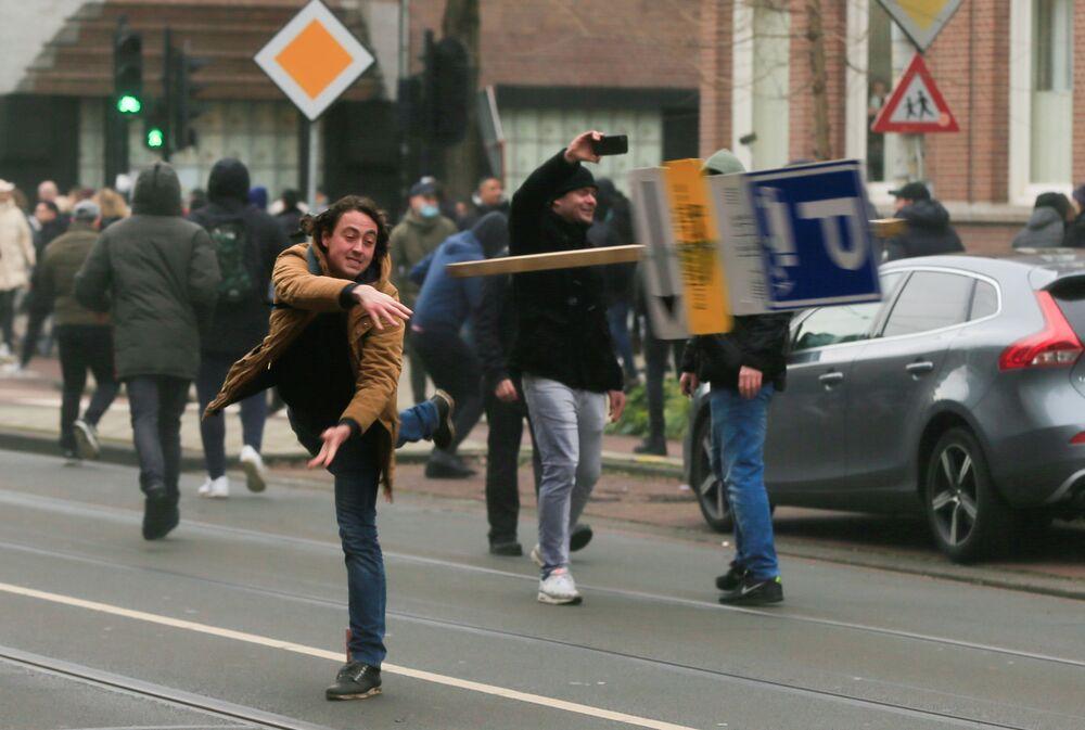 Le proteste ad Amsterdam contro le restrizioni del Covid-19, Paesi Bassi
