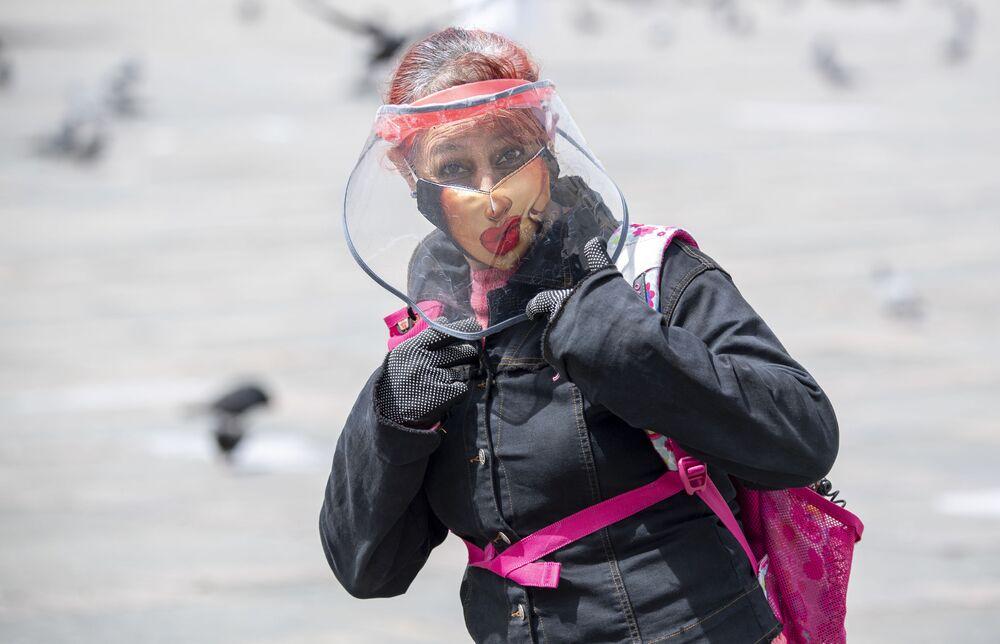 Una donna che indossa una mascherina protettiva a Bogotà, in Colombia