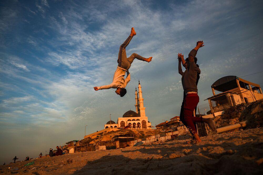 Ragazzi palestinesi che vivono a Gaza fanno parkour tra le macerie