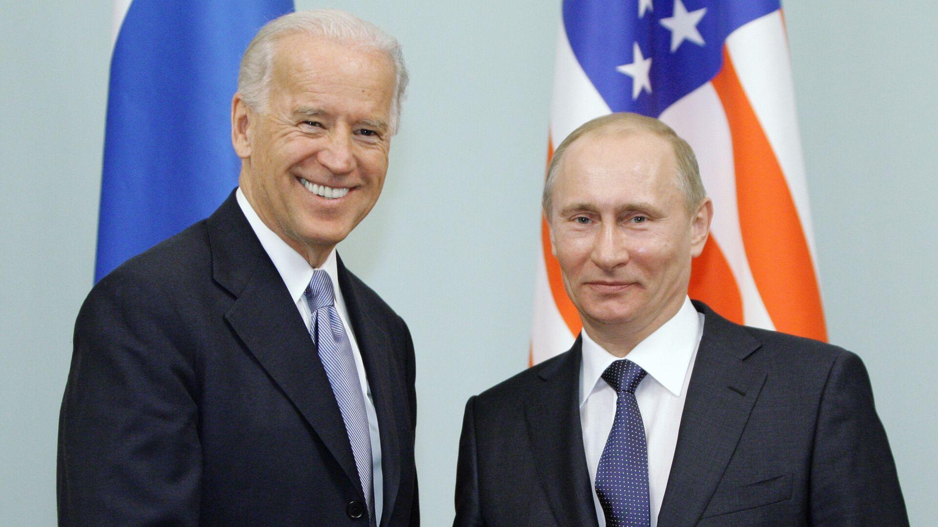 Il primo ministro russo Vladimir Putin durante un incontro con il vicepresidente statunitense Joseph Biden, 2011 - Sputnik Italia, 1920, 01.06.2021