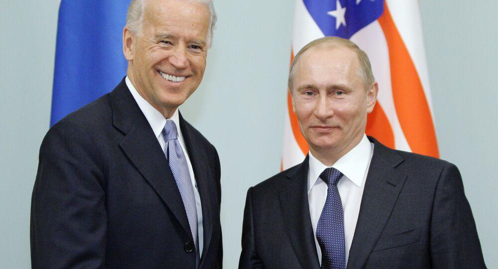 Il primo ministro russo Vladimir Putin durante un incontro con il vicepresidente statunitense Joseph Biden, 2011
