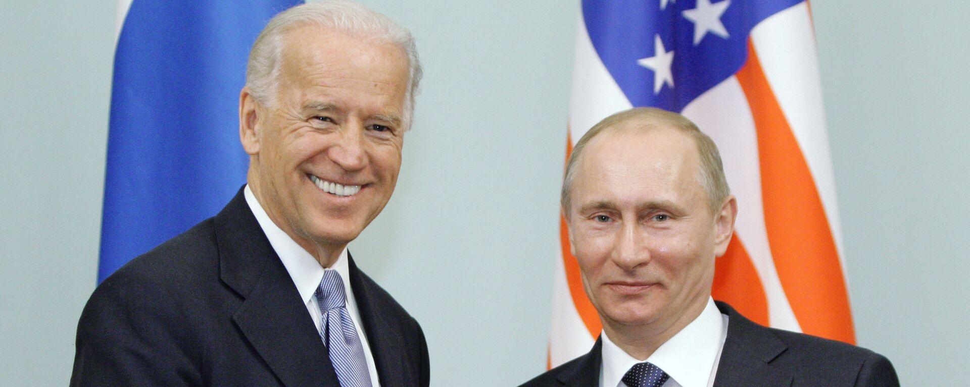 Il primo ministro russo Vladimir Putin durante un incontro con il vicepresidente statunitense Joseph Biden, 2011 - Sputnik Italia, 1920, 25.05.2021