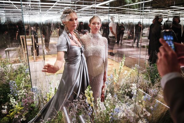 Kate Moss, 47 anni, ha sfilato per la prima volta insieme alla figlia 18enne.  - Sputnik Italia