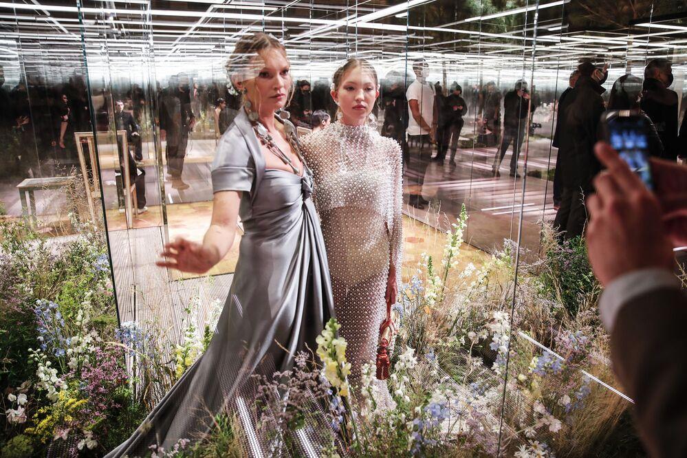 Kate Moss, 47 anni, ha sfilato per la prima volta insieme alla figlia 18enne.