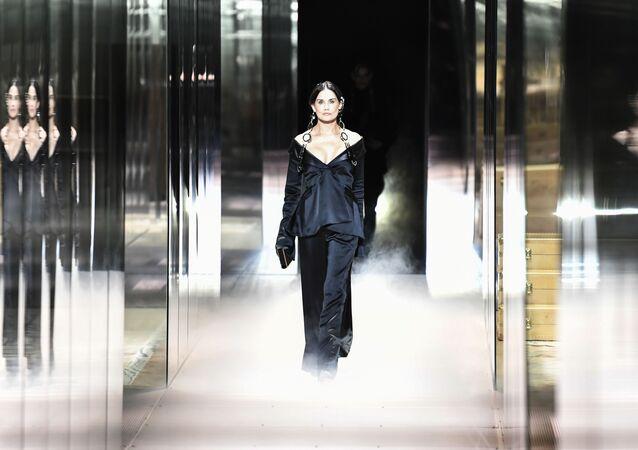 Demi Moore, 58 anni, ha aperto la sfilata di Fendi con un lungo abito nero.