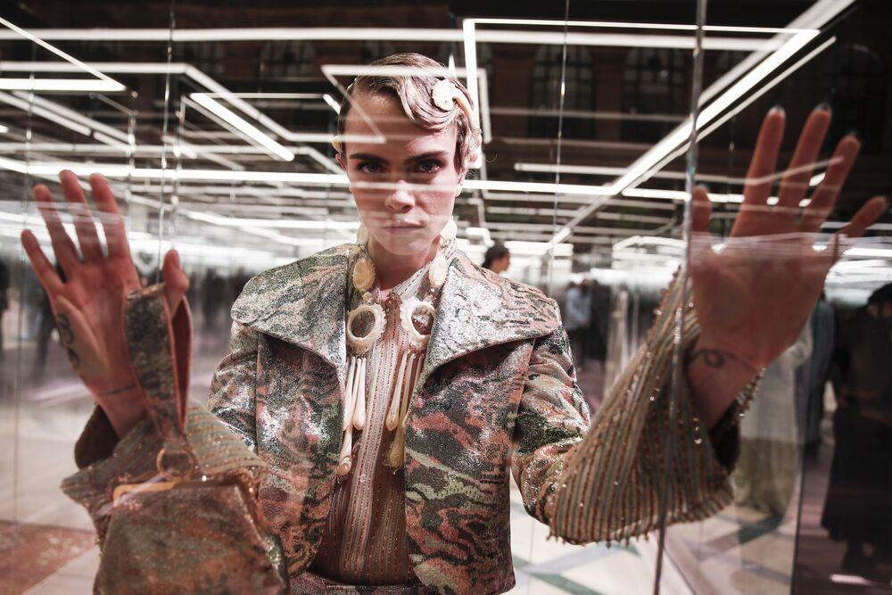 La modella e attrice Cara Delevingne ha indossato un abito mimetico dal taglio androgino.