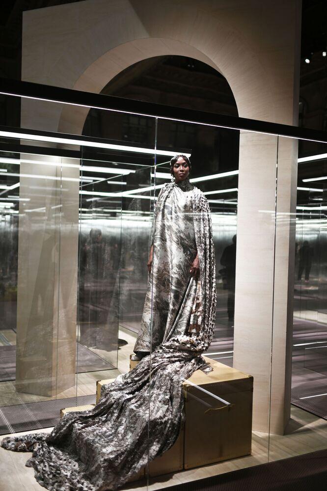 La modella 51enne Naomi Campbell ha chiuso la sfilata virtuale di Fendi Couture in cappa di seta marmorizzata.