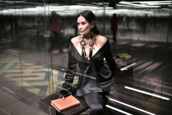 Demi Moore, 58 anni, ha aperto la sfilata di Fendi con un lungo abito nero. - Sputnik Italia