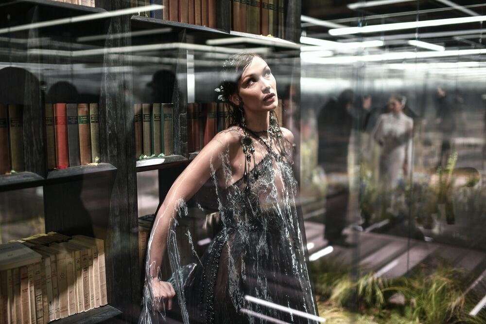 La top model Bella Hadid ha sfilato con un lungo abito nero sopra il quale fluttuava una mantella trasparente