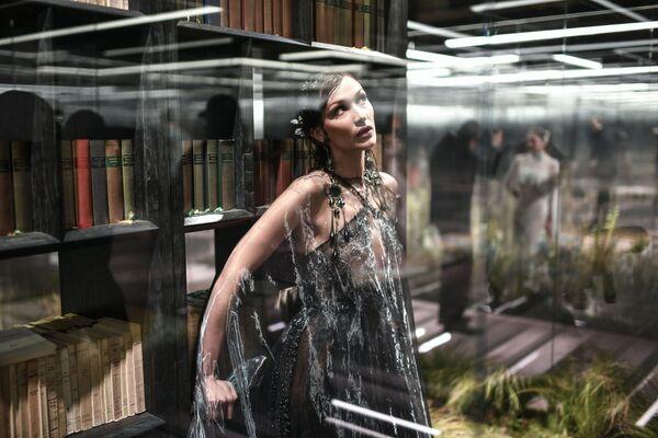 La top model Bella Hadid ha sfilato con un lungo abito nero sopra il quale fluttuava una mantella trasparente - Sputnik Italia