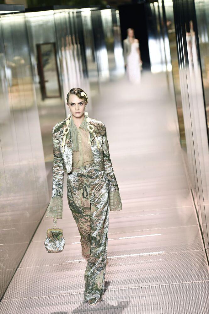 La modella e attrice Cara Delevingne alla sfilata di Fendi