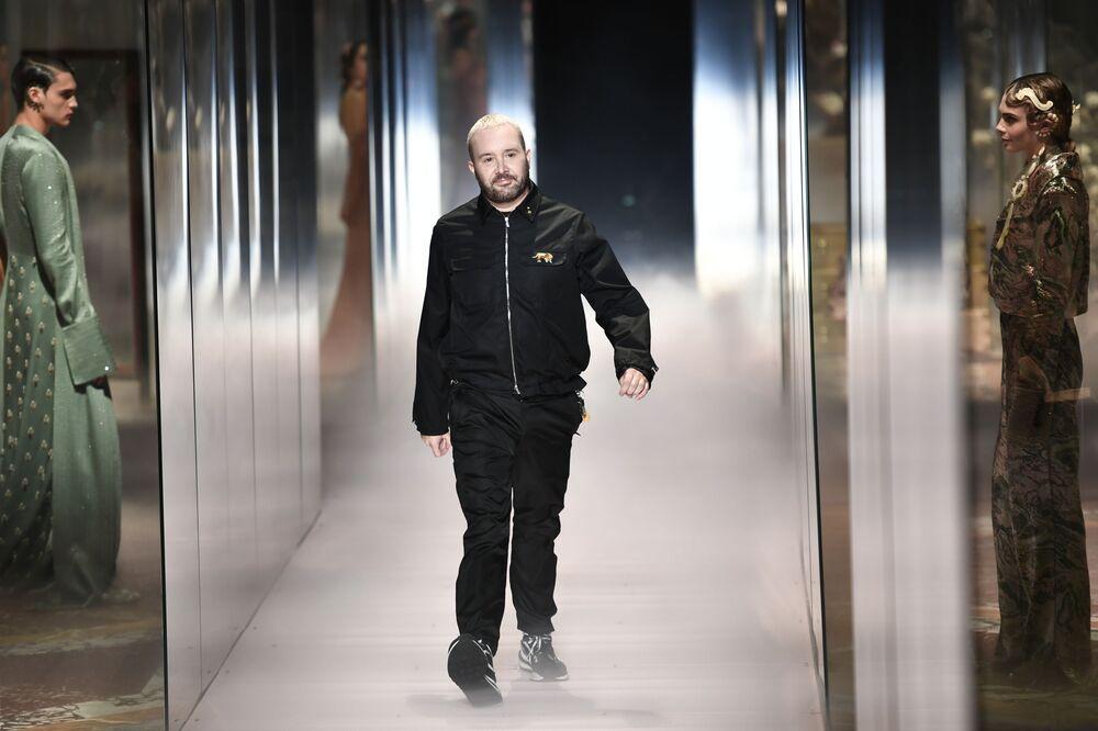 La sfilata di Fendi ha segnato il debutto del Direttore Creativo Kim Jones per le collezioni Couture e Prêt-à-porter Donna.