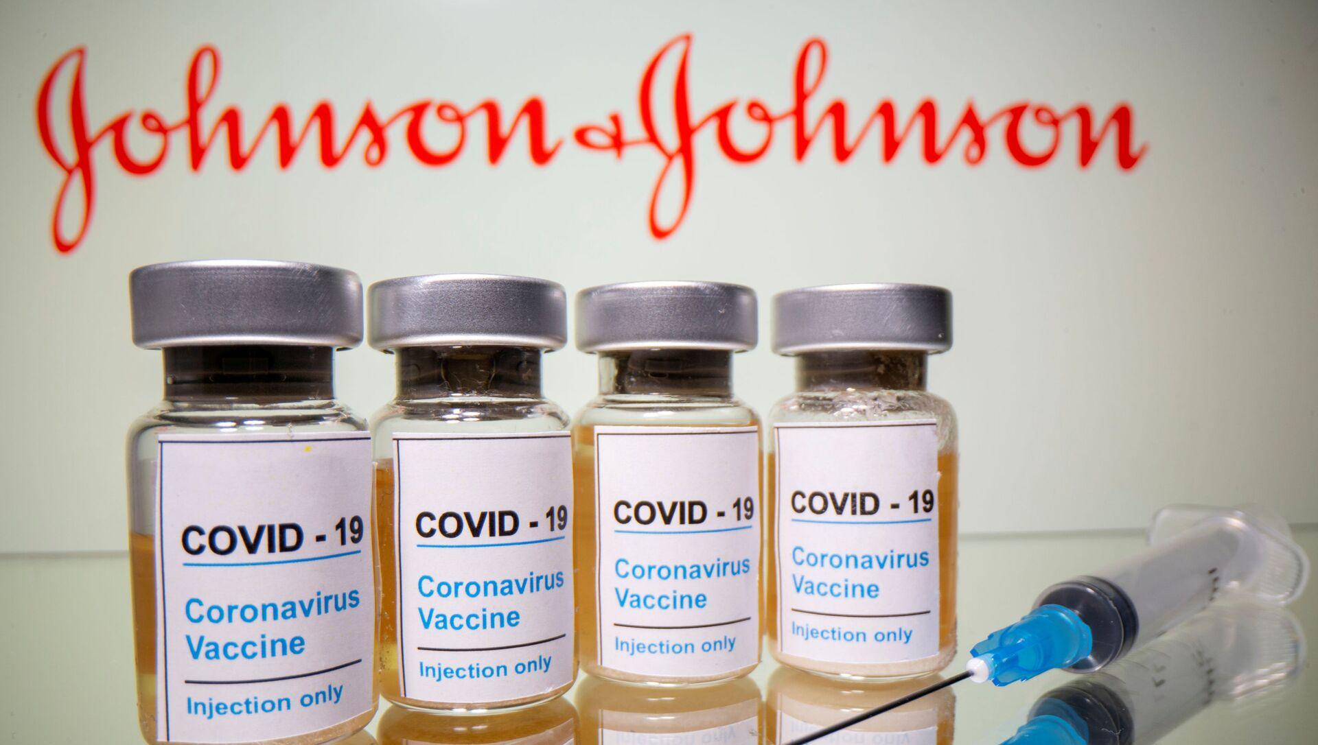 Вакцина и логотип компании Johnson & Johnson - Sputnik Italia, 1920, 05.02.2021