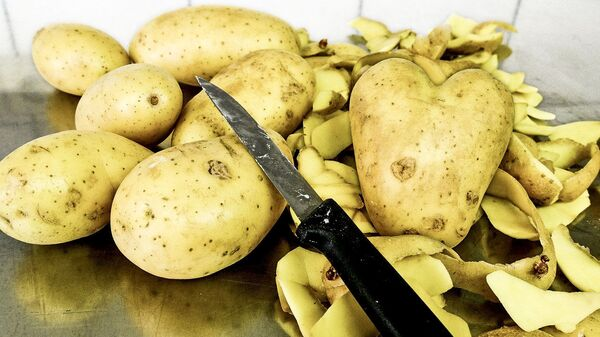Чистка картофеля - Sputnik Italia