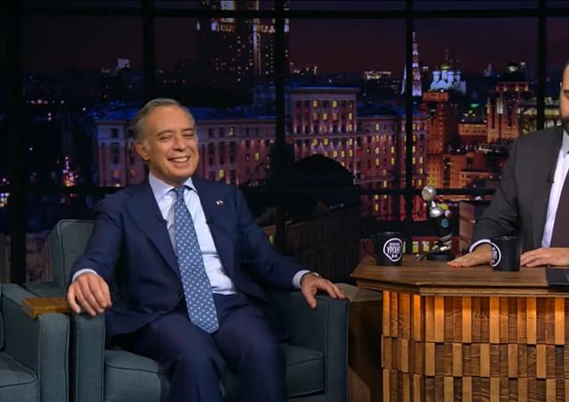L'ambasciatore italiano in Russia Pasquale Terracciano visita l'Urgant Show dopo il successo di Ciao 2020
