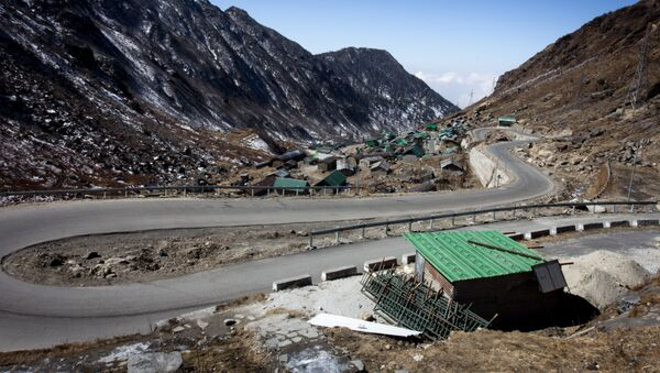 This photograph taken on February 11, 2017, shows a hairpin bend on a road near Tsomgo Lake in the north-eastern Indian state of Sikkim. - Sputnik Italia