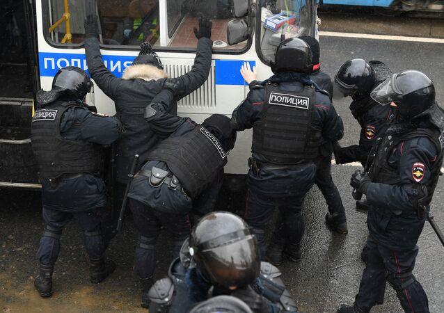 Agenti di polizia arrestano i partecipanti alle manifestazioni non autorizzate a sostegno di Navalny a Mosca