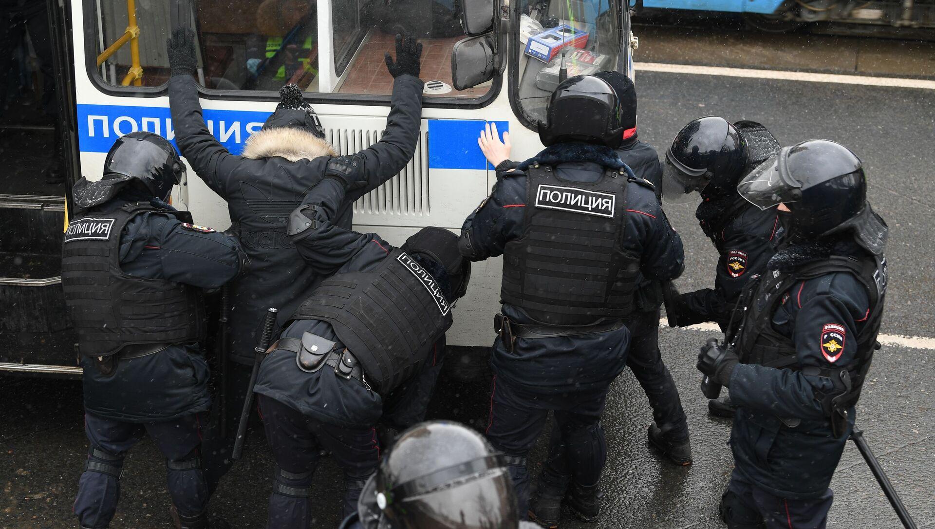 Agenti di polizia arrestano i partecipanti alle manifestazioni non autorizzate a sostegno di Navalny a Mosca - Sputnik Italia, 1920, 07.02.2021