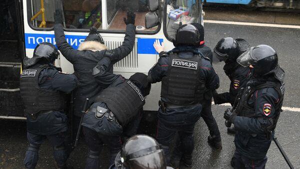 Agenti di polizia arrestano i partecipanti alle manifestazioni non autorizzate a sostegno di Navalny a Mosca - Sputnik Italia
