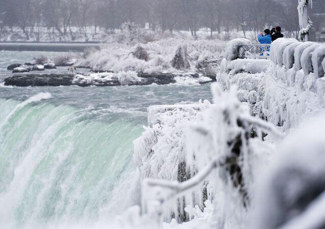 La foto di Horseshoe Fall, la più grande delle tre cascate che compongono il complesso del Niagara, Canada.