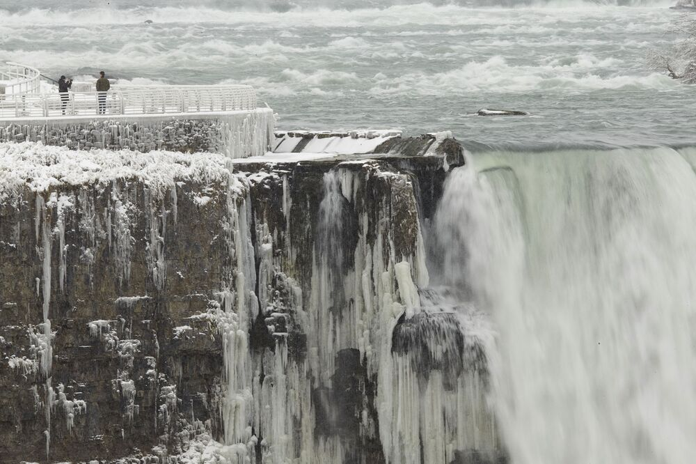 I turisti sul lato americano delle cascate del Niagara stanno facendo le foto.