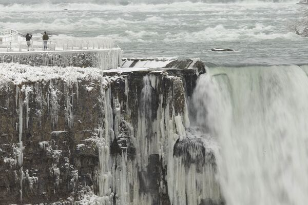 I turisti sul lato americano delle cascate del Niagara stanno facendo le foto.  - Sputnik Italia