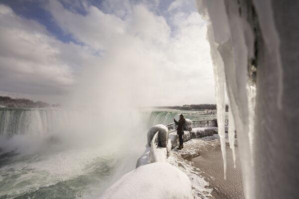 Le Cascate del Niagara rimangono una delle mete turistiche più popolari del mondo anche nel periodo invernale.  - Sputnik Italia
